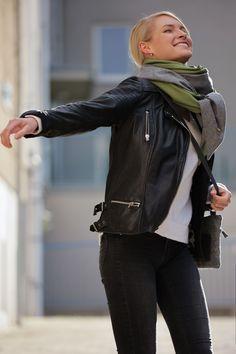 Schal aus feinstem Loden aus 100% Merinowolle. Das Schultertuch besticht durch ein angenehmes Tragegefühl. Das Dreieckstuch ist personalisierbar durch ein individuelles Monogramm und somit ein perfektes Geschenk. Passend zum modernen Outfit und zu Dirndl und Tracht.----- Shawl made from finest loden from 100% merinowool.  Scarf, shoulder scarf. Suitable to modern outfits and traditional clothes like dirndl. Perfect personalised Gift. #scarf #austriandesign #merinowool Moderne Outfits, Minimal, Casual Outfits, Gift Ideas, Gifts, Special Gift For Boyfriend, Confident Woman, Dyeing Yarn, Shawl