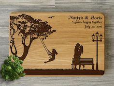 Персонализированная разделочная доска с гравировкой к деревянной свадьбе.
