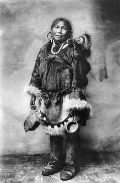 Photograph shared by glenbowmuseum Inuit communities are found in Canada, Northern Alaska, and Greenland. During the winter months Inuit lived in round houses made from blocks of snow, called 'igloos'. Native American Photos, Native American Women, Native American History, Native American Indians, Inuit Clothing, Fur Clothing, Inuit People, Indigenous Tribes, Inuit Art