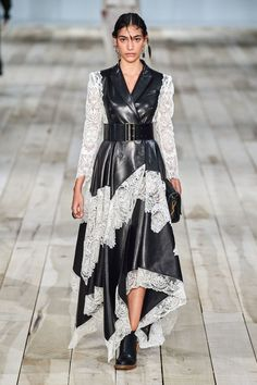 Alexander McQueen Spring 2020 Ready-to-Wear Fashion Show - Vogue 2020 Fashion Trends, Fashion 2020, Runway Fashion, Boho Fashion, Fashion Brands, Fashion Design, Daily Fashion, Fashion Ideas, Alexander Mcqueen Kleider