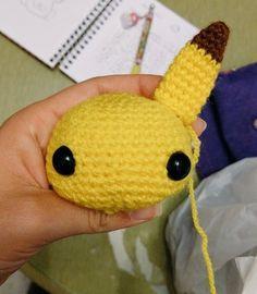 Peluche Pikachu Patron Crochet, Knit Crochet, Crochet Hats, Pikachu Crochet, Doll Toys, Dolls, Pokemon, Stuffed Toys Patterns, Crochet Animals