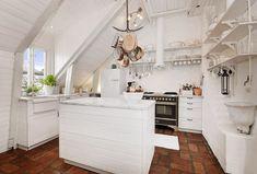 Wohntrend-weiße Shabby Chic Küche mit Terracotta-Fußboden-Kupfer Geschirr