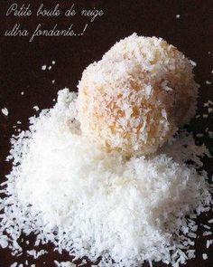 recette Boule de neige : petits gâteaux fondants à la noix de coco Bite Size Desserts, Cookie Desserts, Lamingtons Recipe, Donuts, Cake Recipes, Dessert Recipes, Arabic Dessert, Ramadan Recipes, Beignets