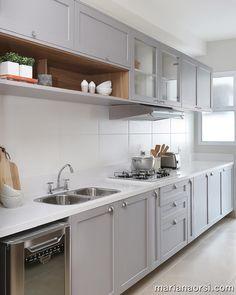 Aquela cozinha incrível que poderia ser minha ☺️🧡 rs assinada pela arquiteta Marcelle Salles Arquitetura. Home Decor Bedroom, Home Kitchens, Kitchen Cabinet Design, Kitchen Inspirations, Kitchen Renovation, Kitchen Decor, Kitchen Interior, Interior Design Kitchen, Home Decor Furniture