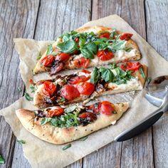 Nanbrød pizza med mozzarella, tomater og basilikum – Ourkitchenstories