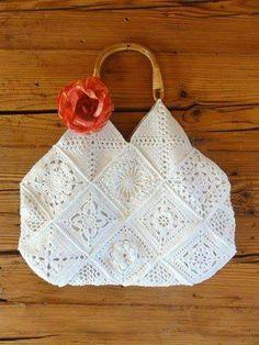 Beyaz tığ işi motifli çanta örneği