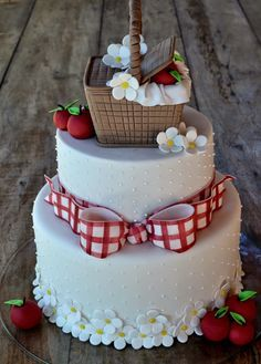 Put a baby figure in the basket Bolo Picnic, Picnic Cake, Pretty Cakes, Cute Cakes, Fondant Cakes, Cupcake Cakes, Bbq Cake, Strawberry Shortcake Party, Picnic Birthday