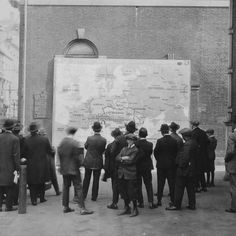 People on a street outside Independence Hall examining a new map of Europe shortly before the end of World War I, Philadelphia, October 1918 Independence Hall Philadelphia, World War I, Wwi, Versailles, Historical Photos, Old Photos, The Past, Europe, World History