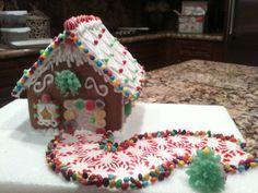 Homemade Gingerbread House, Graham Cracker Gingerbread House, Cool Gingerbread Houses, Gingerbread House Designs, Gingerbread House Parties, Gingerbread Village, Gingerbread Decorations, Christmas Gingerbread House, Christmas Deserts