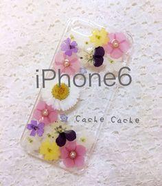 Cache Cache のケースで人気のある二つのケースのデザインをコラボしてみました♡沢山の押し花がぎゅっと詰まって可愛らしい仕上がりです。使用しているお花...|ハンドメイド、手作り、手仕事品の通販・販売・購入ならCreema。