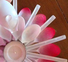Buongiorno!!!! Lavoretto per Natale: piccolo lumino realizzato con cucchiaini di plastica. Come ho scritto nel titolo, questo progetto... Plastic Spoon Crafts, Plastic Ware, Plastic Spoons, Easter Crafts, Spoonflower, Icing, Projects To Try, Candle Holders, Candles