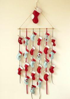 une belle composition de chaussettes dans les coulerus de noel, calendrier de l avent à fabriquer, idée mignonne
