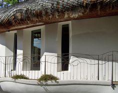 Ein handgeschmiedetes Bronzegländer in der Formensprache des Daches