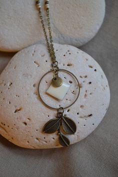 Sautoir en bronze avec perles beige et pendentif feuilles