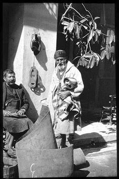 Grèce ; Patras Dans la rue, grec et cordonnier PhotographeRoy, Lucien (architecte) Date prise vue 1908 Patras, Lucien, Old Faces, Old Photos, Culture, Traditional, Date, Memories, Costumes