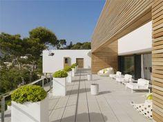 """Susanna Cots. E' un progetto di interior design situato a Almuñecar nella provincia di Granada. La residenza """"è stata trattata con e per il bianco, colore della luce solare e unione di tutti i colori dello spettro""""."""