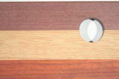 Detail van ons rechthoekig kaasplankje. Te zien is purperhart, afzelia doussié, en padoek.