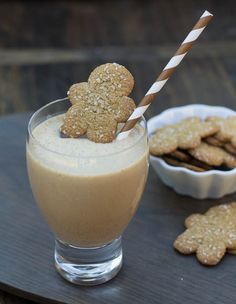 Tis the season! Why not flavor your protein shake up for the holiday season too with a Gingerbread Protein Shake. We're heading into the hardest time of year to stay on track with your eating and e. Smoothie Drinks, Healthy Smoothies, Smoothie Recipes, Healthy Snacks, Healthy Breakfasts, Fruit Smoothies, Eating Healthy, Healthy Cooking, Protein Powder Recipes
