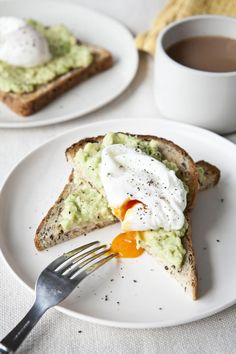 Davina McCall's poached eggs with avocado on toast makes for a speedy, healthy breakfast Easy Healthy Dinners, Easy Dinner Recipes, Healthy Recipes, Healthy Breakfasts, Delicious Recipes, Healthy Foods, Poached Eggs On Toast, Breakfast Toast