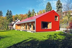 Vnitřní objekt má fasádu z dřevěných palubek skládaných vertikálně, s výraznou spárou. Oplechování a lem přesahů domu jsou tmavě šedé antracitové barvy.