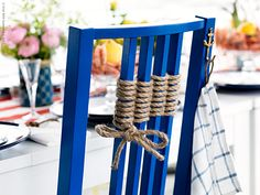 Snöra stolen! BÖRJE stol har målats i en klarblå kulör för att matcha stilen. Repet är vävt runt pinnarna i ryggen. På en ditsatt båtkrok hänger en extra servett, sydd av en ELLY kökshandduk. En handduk räcker till fyra servetter.