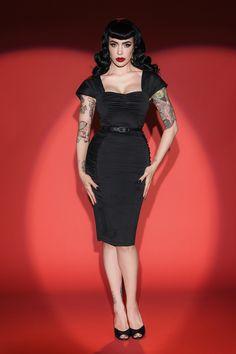 ''Sweetheart neckline meets vavavoom curves'' met deze 50s Deadly Dames Poison Ivy Pencil Dress!Deze knockout beauty heeft plooitjes bij de buste, flatterende plooitjes bij de heupen en elegante, brede, geplooide schouderbanden. Uitgevoerd in een stretchy, licht glanzende, zwarte rayonmix die je rondingen omarmt en deingebouwde stretch bengaline shaper geeft steun, structuur en houdt je in; een zandloper figuur verzekerd, zoals bij Micheline Pitt te zien is. Het zwar...