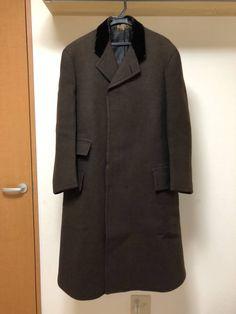 サイズ着丈114肩幅47身幅55袖丈60商品説明20世紀初頭アンティークのチェスターフィールドコートです。フロントはボタンの見えない比翼仕立て、上襟はベルベットです。現在では様々な様式のものを広い範囲でチェスターフィールドコートなどと呼びますが本来正式なものは上記のディテールを備えたもののみを指します。フロントは胸ポケットなし、両サイドフラップ付きポケットに同じくフラップ付きのチェンジポケット、裏地は両サイドに内ポケットというパーフェクトなデザイン。非常に厚みのある上質なウールを使用しており当時の富裕層がオ