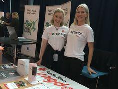 """Ungdommer fra Røde Kors var blant dem som sto på stand på """"Inspiratorget"""" under EngajerDeg-konferansen i Asker kulturhus"""