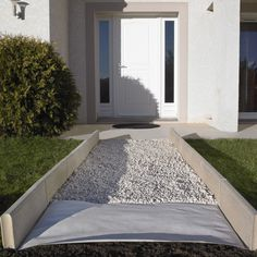 Le feutre géotextile : un atout pour votre extérieur. Création d'une belle allée de gravier sans mauvaise herbe, élaboration de massifs de votre choix, protection d'un drain ou d'une bâche de bassin... C'est LE produit malin qu'il vous faut. #outdoor
