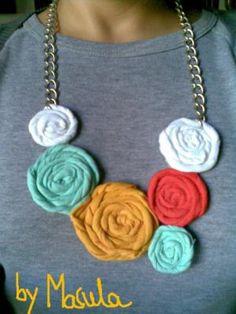 collar rosas de verano collar-babero trapillo,cadena rosas de trapillo,hechas a mano