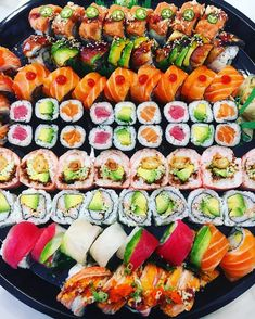 Very inviting sushi platter, i just want to devour that, who else also wants to? Pic taken by @foodietootie More sushi things on www.makesushi.com