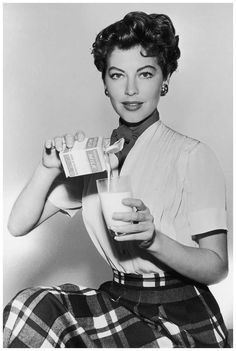 Ava Gardner could pour the shit outta some milk! Old Hollywood Stars, Old Hollywood Glamour, Golden Age Of Hollywood, Vintage Hollywood, Classic Hollywood, Vintage Glamour, 50s Glamour, Hollywood Divas, 50s Vintage