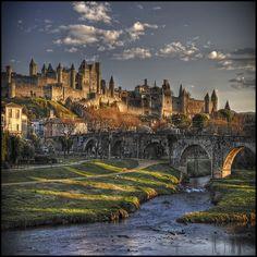 Carcassonne divenne famosa per il suo ruolo nella Crociata albigese, quando la città era una roccaforte dei Catari francesi. Nell'agosto 1209, l'esercito crociato di Simone di Montfort costrinse i cittadini alla resa e divenne il nuovo Visconte. Egli ampliò le fortificazioni e fece di Carcassonne un importante centro di frontiera tra Francia e Aragona.