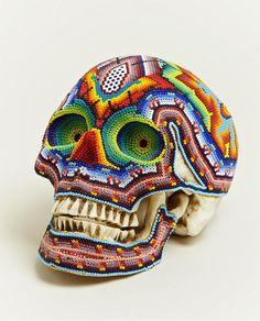 """Arte Huichol    Hermosa colaboración entre """"Our Exquisite Corpse"""" y el pueblo huichol de México para crear estos cráneos increíbles. """"Cada cráneo bellamente modelado dispone de artesanía intrincada y son diferentes el uno del otro."""