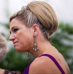 Het zal ongetwijfeld een haarstuk zijn, maar ze draagt het met flair.