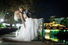 Zdjęcie ślubne zrealizowane na Opolskiej Wenecji, wartej odwiedzenia w dzień jak i w nocy