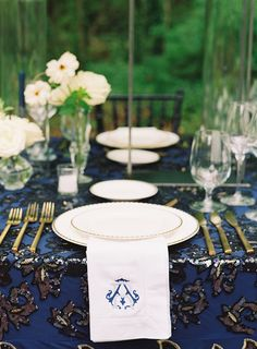 La Tavola Fine Linen Rental: Lily Midnight Blue over Topaz Denim | Photography: Natalie Watson, Venue & Catering: RT Lodge, Design: Robert Fowler, Florals: Colby West Design, Paper Goods: For Your Party, Lighting: Ogle Entertainment, Tent: Luma Designs