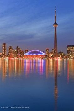 Toronto, ville de lumires et de reflets. Source : http://www.canada-photos.com/picture/illuminated-toronto-city-skyline-twilight-reflections-ontario-6298.htm  http://toronto.awesome-canada.com/ #toronto #canada
