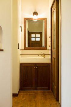 【アイジースタイルハウス】洗面。白いモザイクタイルでシンプルに。アクセサリーはアンティーク調に統一