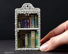 Papierkunst - Miniatur-Bibliothek mit winzigen Büchern - Diorama - kundenspezifisch konfektioniert
