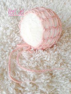 PDF pattern newborn bonnet - crochet.  PDF patroon van prachtige gehaakt newborn mutsje van Keet & Jet Newborn Props