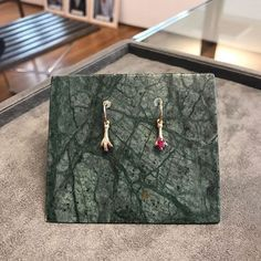 A Aron&Hirsch lança nessa quinta-feira (09.02) a coleção Claws inspirada na garra de águia que foi o símbolo da joalheria vitoriana. São brincos colares anéis que trazem pedras preciosas como rubis esmeraldas safiras além de ouro 18k amarelo ou rosa em todas as peças. A novidade vai estar à venda a partir do dia 13.02!  via HARPER'S BAZAAR BRAZIL MAGAZINE OFFICIAL INSTAGRAM - Fashion Campaigns  Haute Couture  Advertising  Editorial Photography  Magazine Cover Designs  Supermodels  Runway…