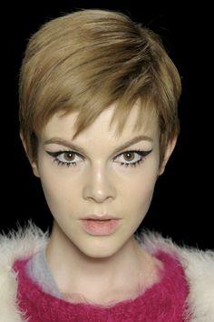 <p><strong>Makijaż oczu</strong> retro z elegancką czarną kreską na powiece króluje wśród makijażowych trendów 2013. Inspiracje stylem lat 50. i 60. uwidaczniają się graficznym i bardzo teatralnym rysunkiem oka. Kreska na powiece jest gruba, ostra, spektakularna i ciągnie się aż po końce brwi. Jak wygląda najmodniejszy makijaż oczu w 2013 roku