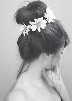 I would like my hair to look like this everyday. Flowers in my hair and all.