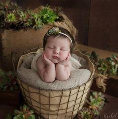 Newborn Photography - Ideas That Produce Nice Photos No Matter Your Skills! Spring Newborn Photos, Newborn Baby Photos, Newborn Shoot, Newborn Pictures, Pregnancy Photos, Newborn Bows, Newborn Headbands, Newborn Twins, Newborn Photography Props