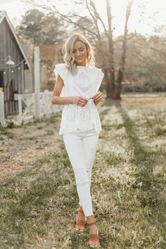 31 Trendy ideas for casual camping outfits summer sandals White Jeans Outfit Summer, Church Outfit Summer, White Blouse Outfit, Shirt Outfit, Spring Fashion Outfits, Spring Summer Fashion, Summer Chic, Spring Style, Casual Outfits 2018