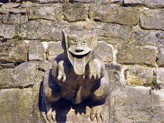 A Brémur, au XIVème siècle, existait une forteresse située tout en haut du village, il n'en reste malheureusement que quelques murs..Sur l'un de ces murs un facétieux sculpteur (moderne) a créé cette gargouille bien mal élevée !!!
