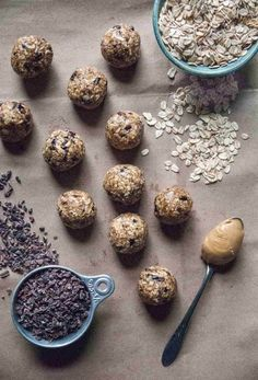 heart healthy desserts Sweet and hearty little oat bites, with oats, filling peanut butter, and sweet cacao nibs, just like a healthy truffle! Vegan Dessert Recipes, Vegan Sweets, Almond Recipes, Vegan Snacks, Healthy Desserts, Easy Desserts, Cacoa Recipes, Healthy Recipes, Sweets Recipes