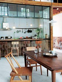 ウッディな雰囲気で統一したキッチン&ダイニング。広々とした木製カウンターでは、できたての料理を楽しめる。食器やトレイに石の素材や、淡色のシンプルな陶器を取り入れると今の気分がさらにアップ