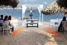 Decoración con Gazebo, cruz y reclinatorios para una boda religiosa en la playa- Bodas Huatulco